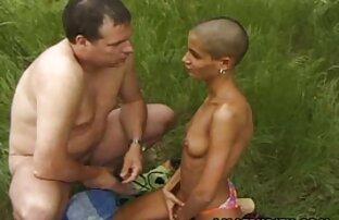 Vacker lesbisk porr gratis kvinna i trädgården