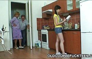 En man i lespiskt porr det bakre rummet rockar en kvinnas trappor
