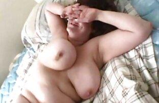 Tvätta blyg flicka i badrummet lesbisk amatör porr