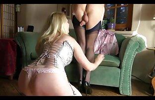 Titta under blondinen med en lesbisk hårdporr cigarett
