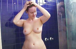 Skytte med en dold kamera medan lesbisk film gratis du badar en