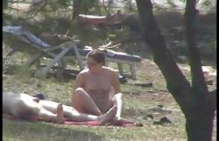 Flicka lespiskporr y promenad i parken